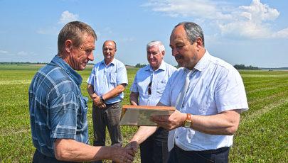 Заместитель Министра сельского хозяйства Республики Беларусь Владимир Гракун встретился с глубокскими аграриями, вручил им дипломы и денежные сертификаты