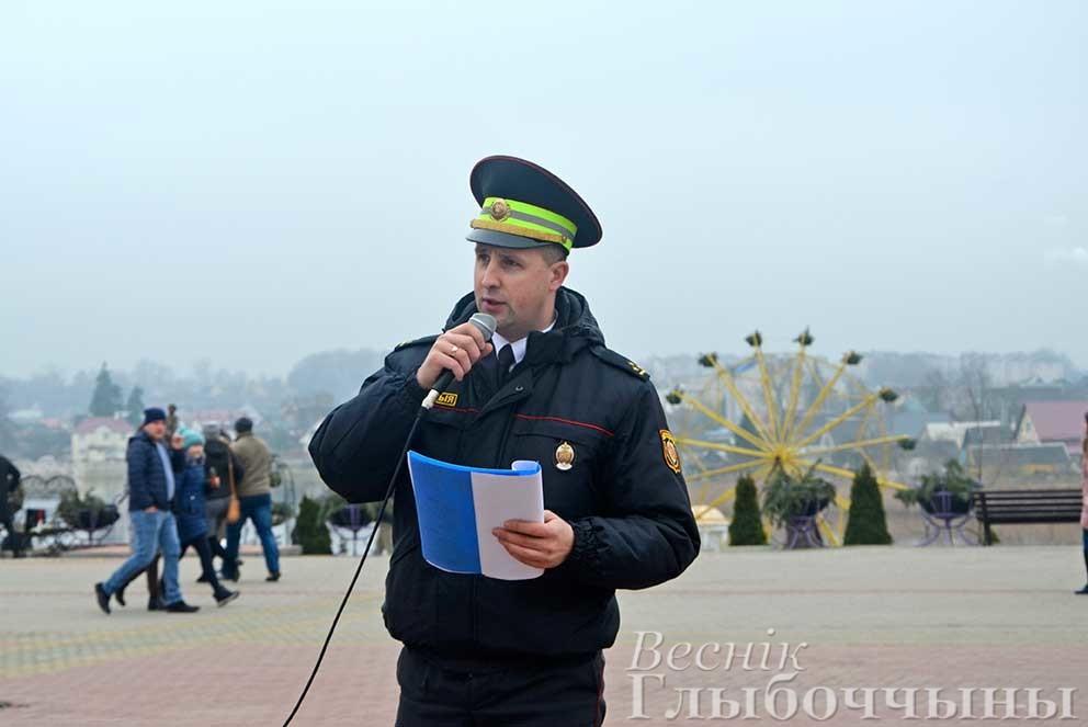 Старший инспектор ОГАИ Глубокского РОВД Александр Полилейко исполняет песню
