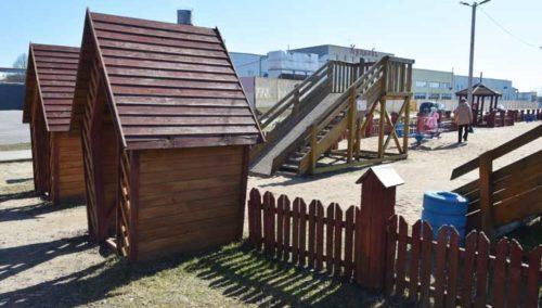 Крупным планом: забор на детской площадке «Бригантина» в Глубоком оперативно отремонтировали