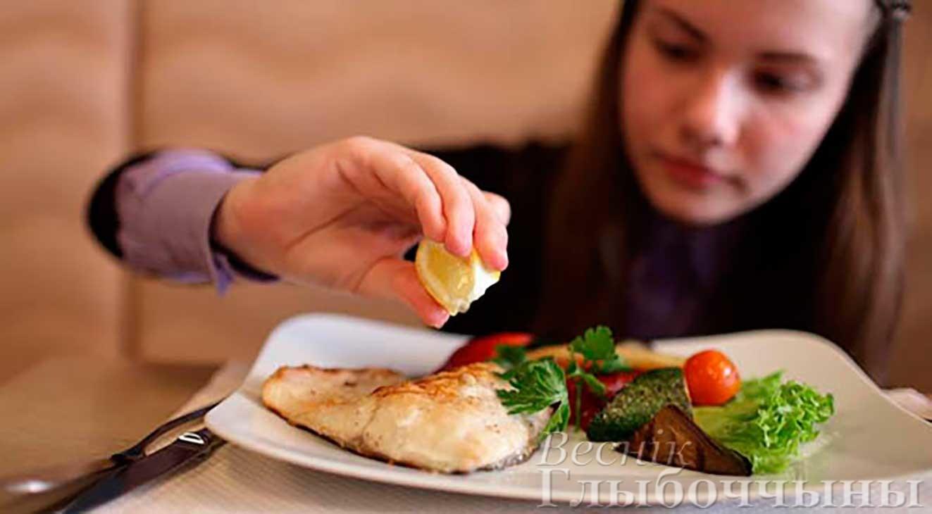 ребенок ест рыбу