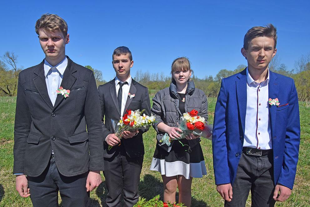Школьники на мемориале