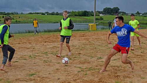 Команда сотрудников Глубокского РОВД провела футбольный матч с командой подростков